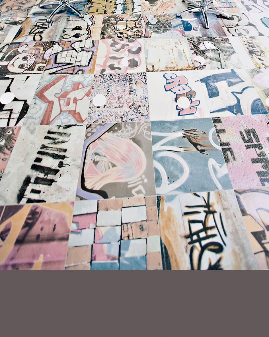 Fiatalos graffiti mintás burkolat