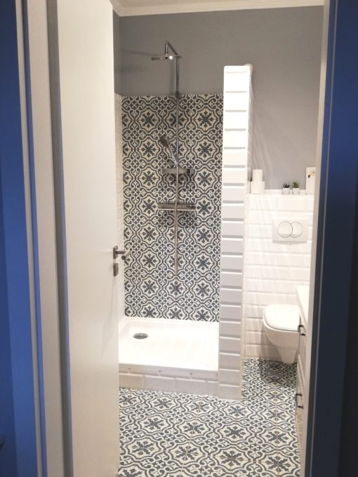Marokkói mintás falburkolat fürdőszobában