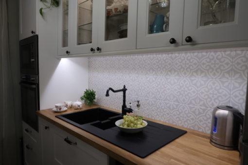 Világosszürke marokkói mintás konyhacsempe