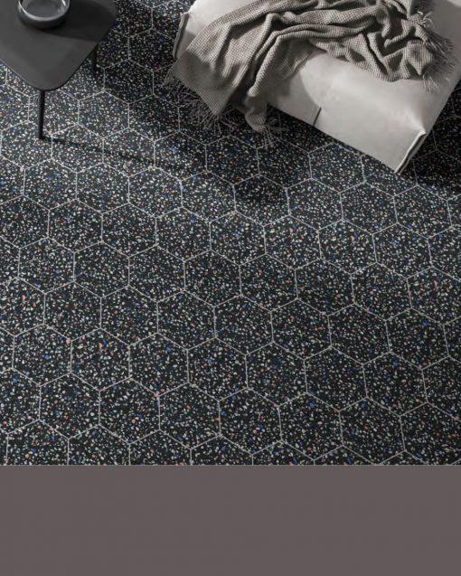 Színes kőszemcse mintás hatszögletű fekete lap
